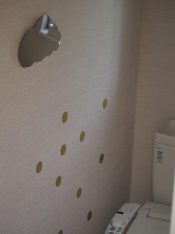 ぺたぺたと水玉模様のようにウォールステッカーやマステを貼っても良いですね。壁のワンポイントに。