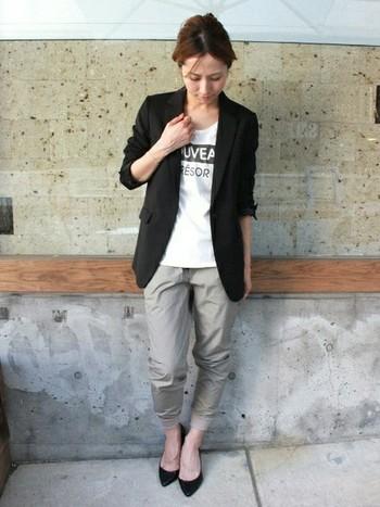 こちらはマニッシュなジャケットに、スウェット風デザインのパンツを合わせた大人クールなスタイリング。全体のシルエットをタイトにまとめることで、Iラインが強調されてすっきりした印象に。マリンルックにも辛口な着こなしにもマッチする黒のジャケットは、コーディネートの幅を広げてくれるアイテムです。
