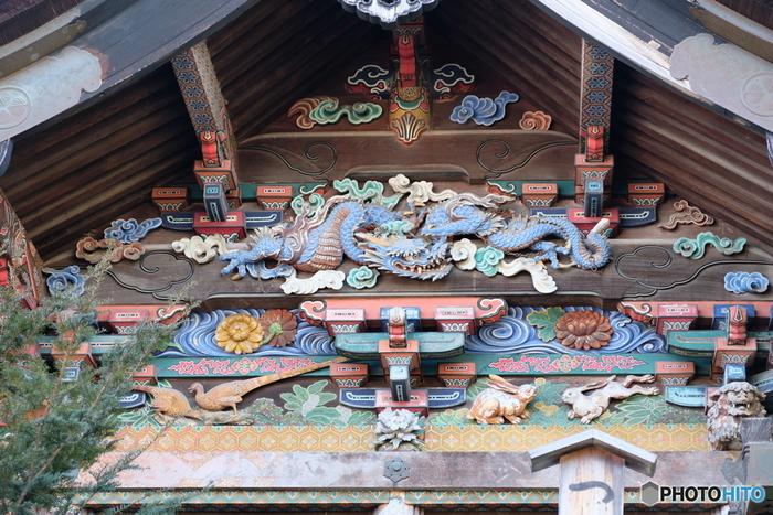 社殿には、江戸時代の伝統的な彫刻職人だった左甚五郎(ひだりじんごろう)作と言い伝えられている「子宝・子育ての虎」や「つなぎの龍」などの彫刻が施されています。