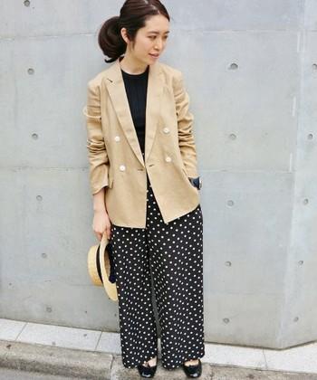 黒のトップス&ボトムスにベージュジャケットを合わせることで、女性らしいメリハリのある新鮮な着こなしに。きちんとした印象のジャケットスタイルに旬のドット柄を1アイテム取り入れると、コーディネートに女性らしさと可愛らしさをプラスできますよ。