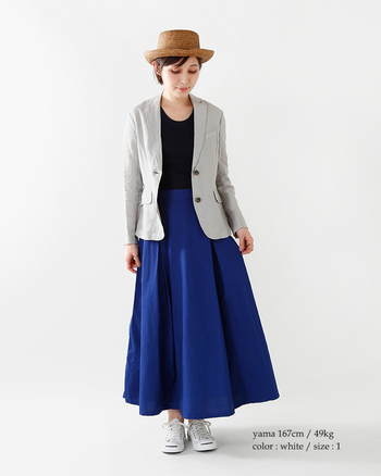 知的で上品な印象を与える「グレー」のジャケット。淡く明るいグレーは、爽やかな春夏ファッションにぴったりのカラーです。こちらのスタイリングはブルー×グレーの上品な色合わせが素敵ですね。帽子や白スニーカーなど、小物で季節感を出すのも着こなしのポイントです。