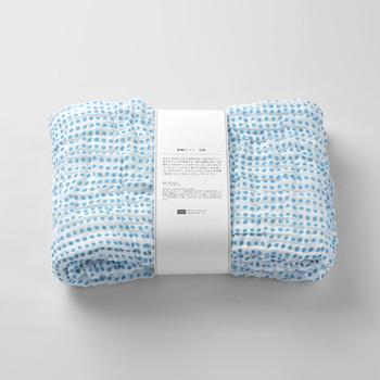 こちらも上記と同じ蚊帳ケットの豆紋柄。シンプルなドットが大人キュートで、夏のオフィスの冷房対策にも良さそう。