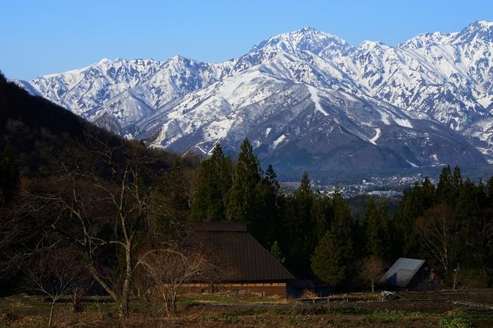 標高約760メートルに位置する青鬼集落に一歩足を踏み入れると、まるで江戸時代にタイムスリップしたかのような錯覚を感じます。のどかな里山と、点在する古民家が織りなし、ここでは時代劇のロケ地のような景色が広がっています。