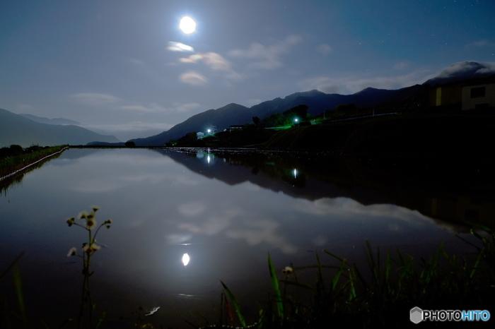 姨捨棚田は、古くから月の名所としても広く知られており、水田に映る月の美しさは「田毎(たごと)の月」と形容されるほどです。
