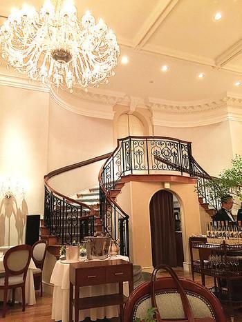 なんといってもこちらの魅力は、ラグジュアリーな空間。ペールピンクのウェイテイングから、こちらの階段を降りてメインダイニングに誘われます。女性が大好きなお姫様気分を満喫してしまいますよ。