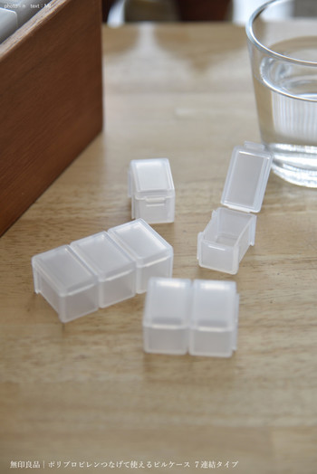 1週間分の錠剤が入れられるピルケースは、必要なだけ連結できるタイプ。ポーチの中でも判別しやすい半透明のケースです。