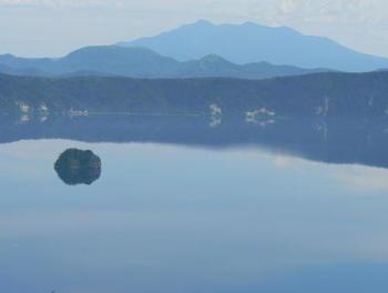 この島は湖底から210mを超える高さの溶岩ドームで、その頂上部分が湖面に出ているものだそうです。