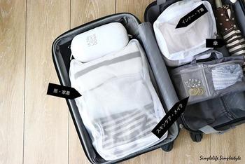 スーツケースの中身はポーチで小分けにしておくのが鉄則です。宿泊先で広げて必要なポーチだけ取り出せば良く、整理整頓しやすいためストレスがありません。 行きは帰りのお土産分を考慮して、スペースが空くくらいがベスト。重たい物が底になるように配置するとスーツケースが安定します。