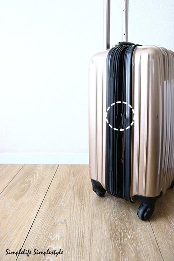 海外旅行では空港でスーツケースを乱雑に扱われることも多いため、耐久性が高く丈夫なスーツケースが1番です。軽量でキャスターの動きがなめらかなものを選びましょう。 帰りの荷物がお土産で増えても大丈夫なように、ファスナーで幅調整できるタイプがおすすめです。