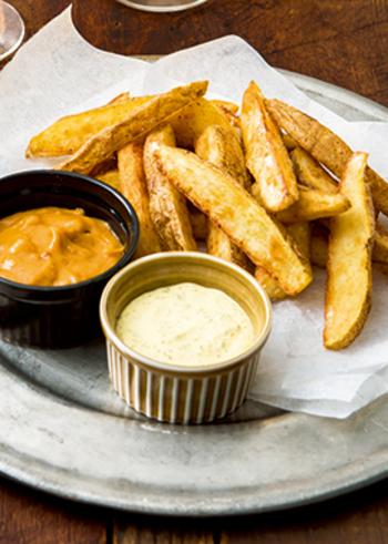 フライドポテトに、ピーナッツバターときな粉の香ばしさがダブルで味わえるディップを添えて。やめられないおいしさが、おつまみにぴったり。