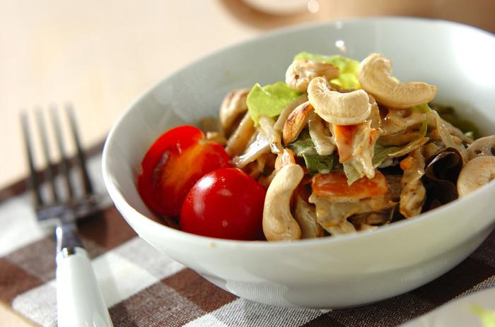 シャキシャキと食感が心地いい根菜類を、ピーナッツバターのソースで和えて。食べ応えもあり、満足感のあるボリュームサラダになります。