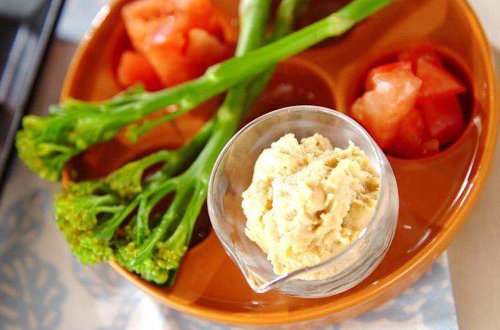 こちらは、ピーナッツバターを使った、ひよこ豆のディップ。野菜やクラッカーなどにのせて召し上がれ。朝食にもおすすめです。