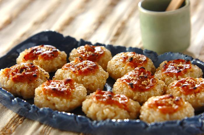 玄米ご飯をつぶしてひと口大にまとめ、みそだれを塗ってトースターなどで焼きます。昔ながらの素朴な味で、おやつにぴったり。