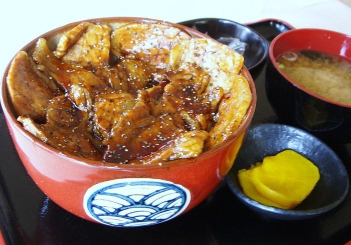 名物の「摩周の豚丼」は、こんなに大ボリューム!とろみのある濃厚なタレがたっぷりと。豚肉は炭火で焼いているので、香ばしい味わいです。お弁当として、テイクアウトもOK。
