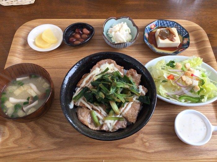 おすすめは、北海道で栽培されている「行者ニンニク」を使ったメニュー。こちらの「行者ニンニク丼」は、スタミナたっぷり!行者ニンニク独特の香りを存分に楽しむことができます。