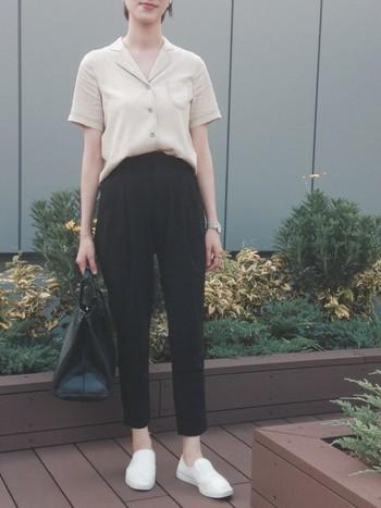 「ライトベージュ」は、黒など濃度のあるアイテムと合わせるとコントラストが強めに。足元などファッション小物を明るい色にすることで、爽やかさを加えることができます。