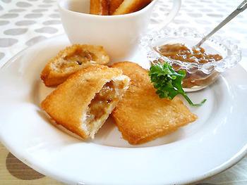 食パンを使って作るお手軽カレーパン。さくさくの食感がたまらない!とろけるチーズも入れるのがポイントです。
