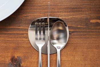 中央の切込みにナイフをセッティングして、両脇にスプーンとフォークを。シルバーのカトラリーとの相性が良さそうです。
