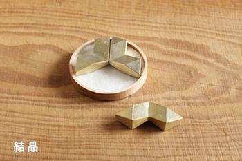 デザインは月や結晶などシンプル。しまう時は組み合わせて収納でき、飾って置いても素敵です。