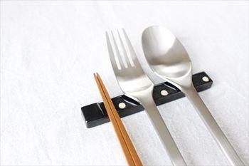 艶っとした優しい質感が魅力のカトラリーレスト。お箸を置く場所が用意されているのが嬉しいポイントです。黒の他に柔らかな白もあります。