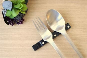 おもてなしのお料理やお皿を考えたら、カトラリーにも気を配ってみない?いつものテーブルをパッと華やかに演出してくれる名脇役になってくれますよ。カトラリーとカトラリーレストの組み合わせを考えるのも、楽しい準備の時間になりそうです。