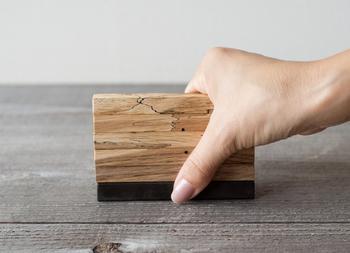 板?いいえ、カトラリーレストなんです。棒状のカトラリーレストを縦に積み重ねて収納できるアイテム。使っている木はナラ材で、傷や穴が逆に特徴や表情になっています。