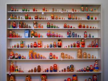 コケーシカという名前の通り、店内にはマトリョーシカとこけしが綺麗に展示されています。