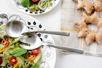 サービス用のカトラリーもあるので、みんなでシェアしたいサラダやパスタの取り分けにも使えます。テーブルに統一感が出ますね。