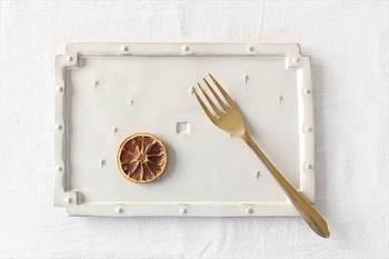 ディナーフォークとお皿の組み合わせ。白く優しい色合いのお皿との相性はぴったりです。