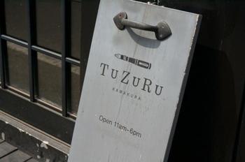 鎌倉駅西口より市役所の方面に向かい銭洗弁財天に通じる道の途中にある「TUZURU」は文房具と手紙のグッズを取り扱うセレクトショップ。