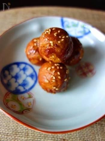 もともと宮崎県の郷土料理として親しまれて来た肉巻きおにぎり。たこ焼き器で手軽に。お肉に絡んだタレのツヤ感が食欲をそそりますね。