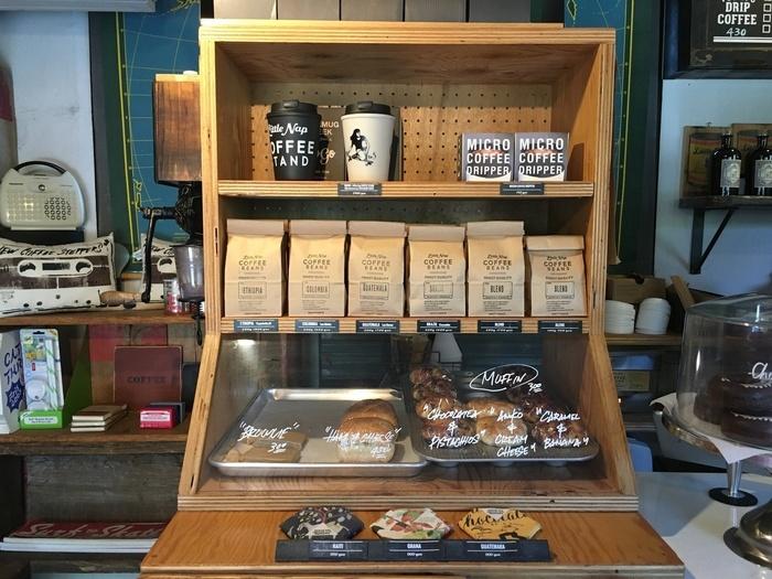 カウンターには、原産別にコーヒー豆が販売されていたり、他にも軽食や焼き菓子も並んでいます。店内は、アットホームな雰囲気なので、コーヒー初心者の方でも気軽に立ち寄れるのでおすすめです。