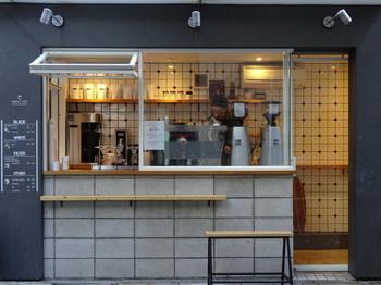 神泉駅から徒歩4分の「ABOUT LIFE COFFEE BREWERS(アバウトライフ コーヒーブリュワーズ)」。みずみずしくてフルーティーな味わいのスペシャルティコーヒーが有名なコーヒー専門店です。