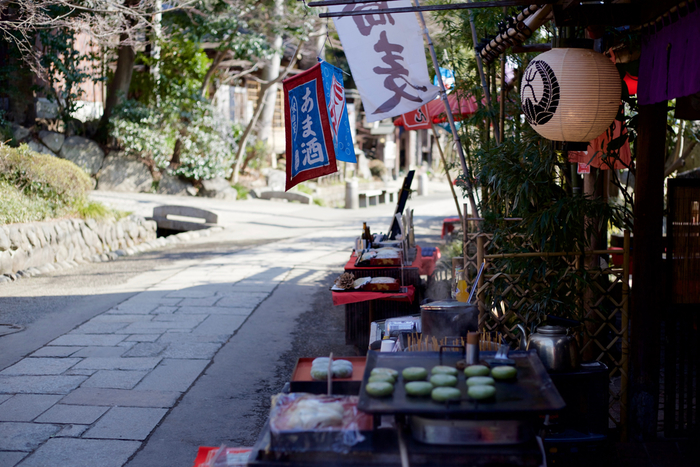 お昼ごはんには、名物の「深大寺そば」がおすすめ。深大寺周辺では江戸時代からそば作りが行われており、現在でも20軒以上のそば屋が軒を連ねています。お好みのお店を探してみてくださいね。