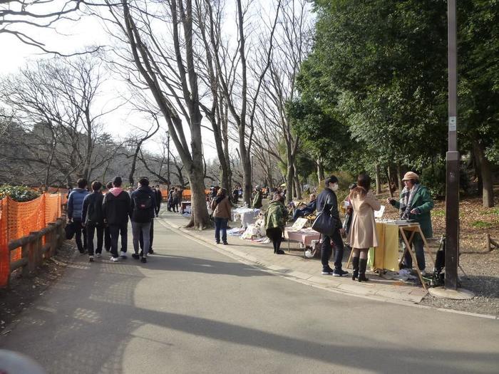 井の頭恩賜公園アートマーケッツは公園全体を使って開催されるため、各ブースがゆとりのある配置になっています。公園散策を楽しみながら、気になる作品をゆっくりと見て回ることができますよ。