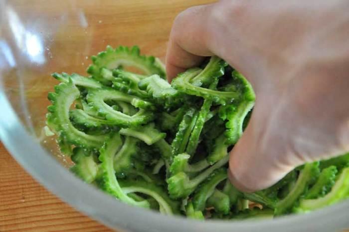 ゴーヤはワタを取ってカットしてから、塩もみをして5~10分ほど置いておきます。これで苦味が和らぎ、食べやすくなります。塩は、ゴーヤ1本に対して小さじ1杯程度が目安です。