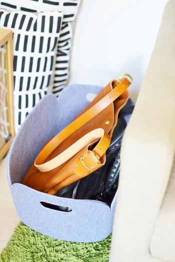 おうちに帰ってきたときに、ついついあいているところに置いてしまうバッグ。バッグの一時置き場を確保することで、なんとなく、いろいろなバッグが置いてあるという状況を打開することができるようになります。