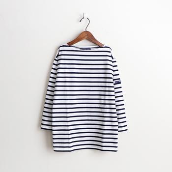 フレンチカジュアルの代名詞ともいえる「バスクシャツ」は、マリンスタイルに欠かせないアイテムのひとつです。もともとフランス・バスク地方の漁師さんが愛用していたカットソーに由来したもので、厚みのあるコットン生地・短い丈の長袖・横に広いボートネックデザインが特徴です。爽やかなボーダー柄のバスクシャツは、マリンスタイルの定番として世界中の人々から愛されています。