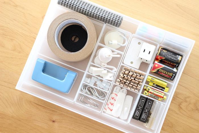 ガムテープやクリップなどの日用品は、収納場所をざっくりしてしまうと引き出しがごちゃついてしまいます。入れるモノにぴったりの大きさに仕切りを入れて、分かりやすい収納にすることで家族も使いっぱなしにすることがなくなります。