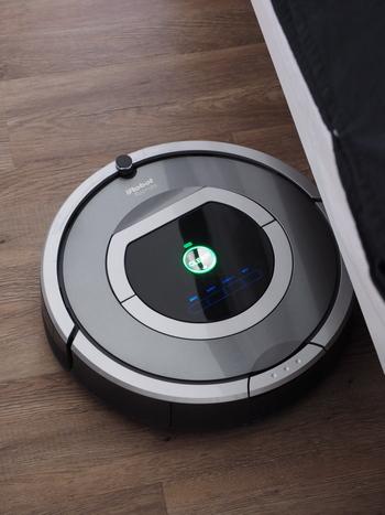 ルンバなどのロボット掃除機を使うときは、床面を広く開けておく必要があります。家族みんながそれぞれ、外出するときに床のモノを片付ける習慣をつけると、最後の人が出かけるときにさっとルンバをセットできるようになります。
