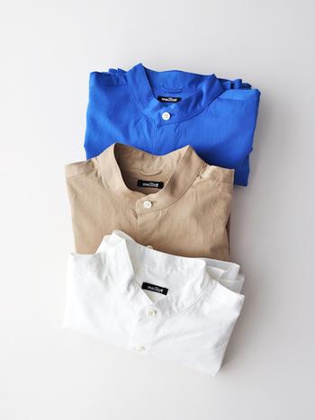 """コーディネートに大人っぽい抜け感を演出する「スタンドカラーシャツ」。 従来の襟付きシャツのようなカチッとした印象ではなく、程よく肩の力を抜いたリラックス感のあるデザインが魅力です。 今回は""""大人の新定番""""として根強い人気を集めている、「スタンドカラーシャツ」のおしゃれなコーディネートをご紹介します。"""
