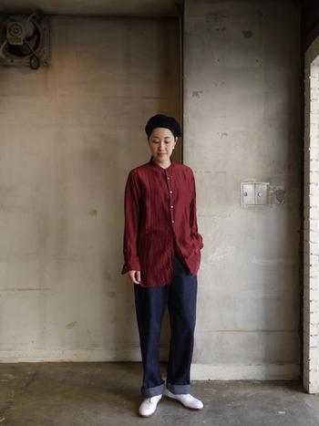 レッド系のスタンドカラーシャツは、1枚さらっと着るだけでおしゃれに見えるアイテムです。濃い色は大人っぽい雰囲気、明るいレッドはカジュアルな雰囲気に。同じスタイルでも色の濃さを変えることによって、イメージが大きく変わります。こちらのバーガンディのスタンドカラーシャツは、ワインのような深みのある色が印象的です。カジュアルなデニムと合わせても、シックで大人っぽい雰囲気になりますね。