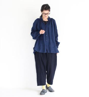 深みのある「インディゴ(藍色)」はデニムをはじめ、様々な洋服に用いられる馴染み深い色です。インディゴ特有の落ち着いた色合いは、ブルージーンズやチノパンとも相性抜群。様々なスタイルに上品に馴染むので、年代を問わず取り入れることができる人気のカラーです。