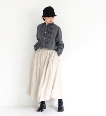 こちらはグレー×ホワイトの2トーンでまとめた、爽やかで上品なスタイリングです。ふんわりしたシルエットのスカートコーデは、黒の小物で引き締めることで、甘くなりすぎず大人っぽい印象に。色数を抑えたミニマルなコーディネートは、素材やデザインの美しさを引き立たせてくれます。