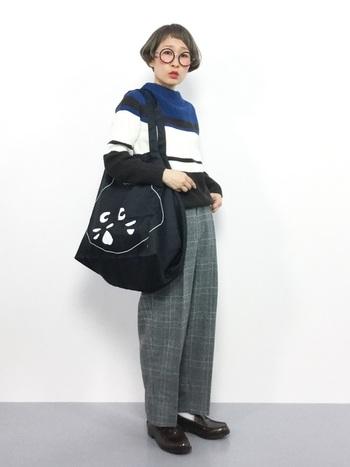 """どこか少年のようなキュートさのあるパリジャンスタイル。 革靴や大きめのバッグのメンズアイテムと、可愛らしいフレンチボブのギャップがすてきなコーディネートです。  チェックパンツ×ボーダーセーターという""""柄×柄""""コーディネートも、同系色を合わせることで統一感が出ます。"""