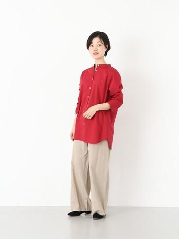 上品な色味のスタンドカラーシャツと、ワイドパンツを合わせた大人のリラックススタイル。落ち着いた色味のレッドはベージュと相性が良く、明るい色合いが春夏のコーディネートにマッチします。