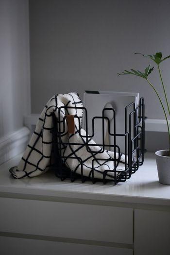 ちょっと仮置きをおしゃれに見せるのは、こんなデザイン性の高い収納アイテム。生活感のある小物を入れてもアートのような雰囲気に。