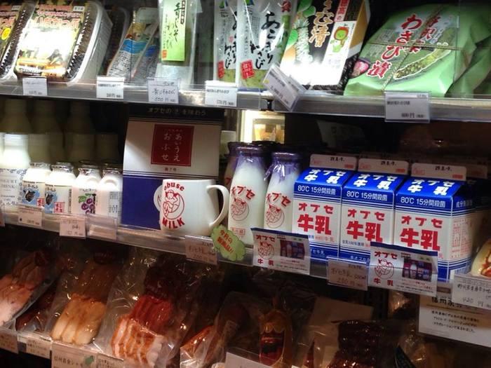 1F は、信州の美味しいものがそろうショップスペース&バルカウンター。この一角に毎週土曜日にオブセ牛乳が入り、楽しみにしている方も多いそう。
