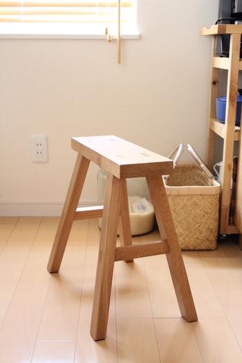 スツールやベンチは人が座れるだけあって、重量のある物も置けます。玄関やキッチンに置いて買い物袋を仮置きすれば、作業もスムーズに。