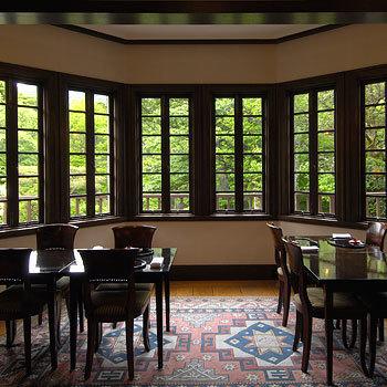 「懐石料理 花壇」は、昭和初期に建てられた洋館を復元したもの。復元の際、大きな改修を施していないため、建てられた昭和初期の趣きを今に伝える貴重な建物なんだそう。当時のクラシカルな雰囲気が感じられる、しっとりと落ち着いた空間です。